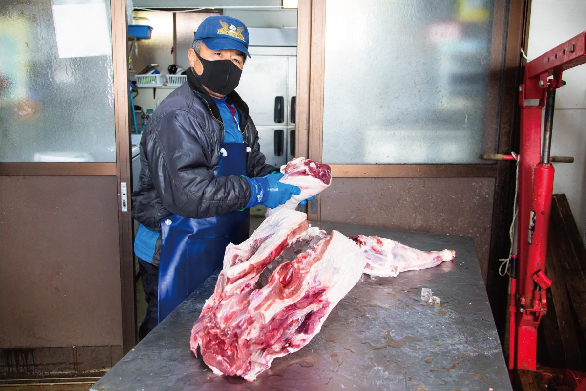 イノシシ肉を解体する照本茂法さん